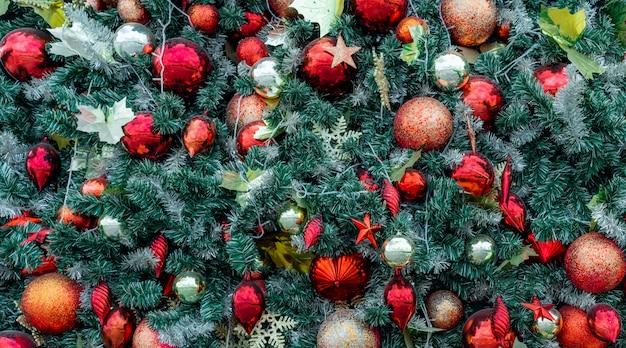 赤いボール、金のボール、ゴールデンスノーフレーク、赤い星のクリスマスツリーの装飾を閉じます。クリスマスの背景。クリスマス。 Premium写真