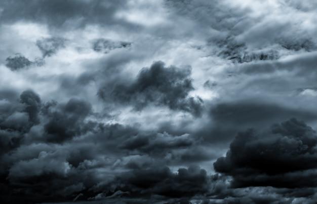 暗い劇的な空と雲。 Premium写真