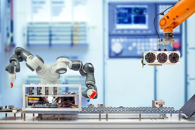 コンベヤーベルトを介してコンピュータのビットコイン鉱業を組み立てる産業用ロボット工学 Premium写真