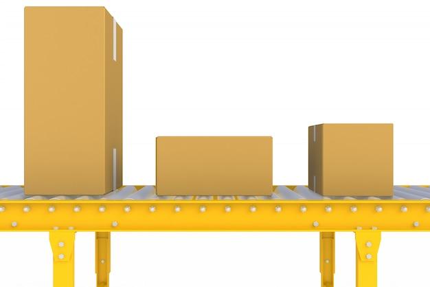 白い背景上に分離されて黄色のコンベアライン上の空の段ボール箱 Premium写真