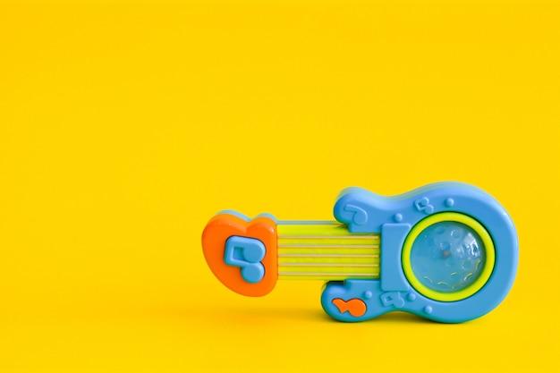 分離されたおもちゃのギター Premium写真