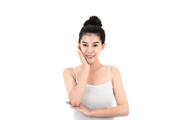 Портрет привлекательной азиатской молодой женщины с кожей красоты и стороны изолированной на белой поверхности. здоровая концепция ухода за кожей и лицом. Premium Фотографии
