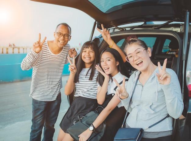 Эмоции счастья азиатской семьи фотографируя на каникулах путешествуя место назначения Premium Фотографии