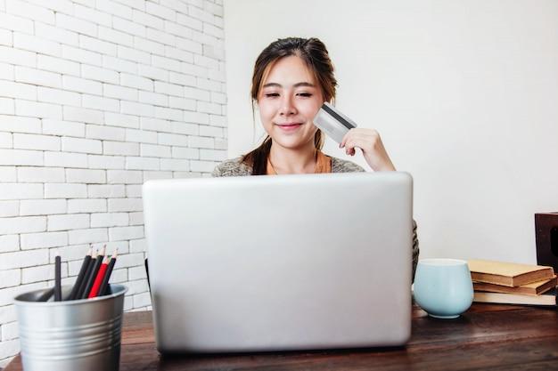 若い女性のショッピングや自宅でクレジットカードで支払いをする Premium写真