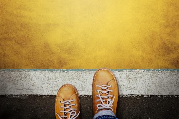 Человек в повседневной кожаной обуви. шаги на стартовую линию, будьте готовы двигаться вперед или рискуйте. Premium Фотографии