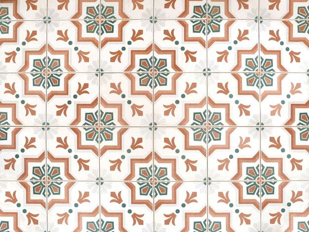 Винтажная текстура и предпосылка украшения плиточного пола керамического цветочного узора. Premium Фотографии