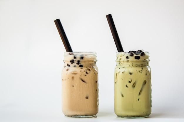 台湾アイスミルクティーと台湾グリーンティーとミルクと泡ボバわら Premium写真