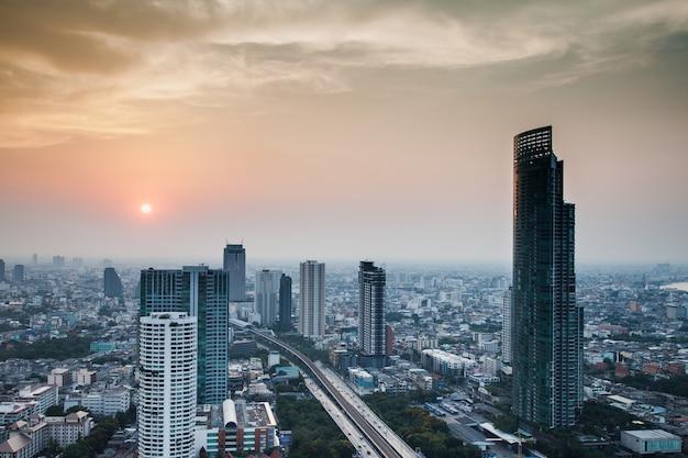 Городской пейзаж бангкока во время восхода солнца Premium Фотографии