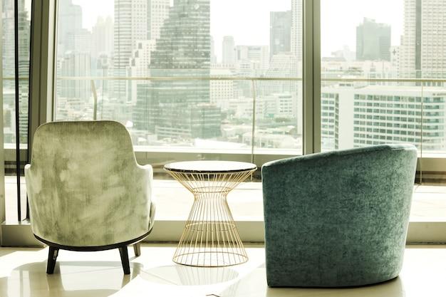 大都市の景色を眺めることができる座席のある建物内部 Premium写真