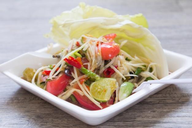 パパイヤサラダ、タイ料理の名前ソムトム Premium写真