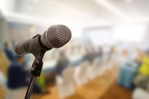 Микрофон над запачканной концепцией комнаты тренерского обучения встречи бизнес-форума или конференции тренировки, запачканной предпосылкой. Premium Фотографии