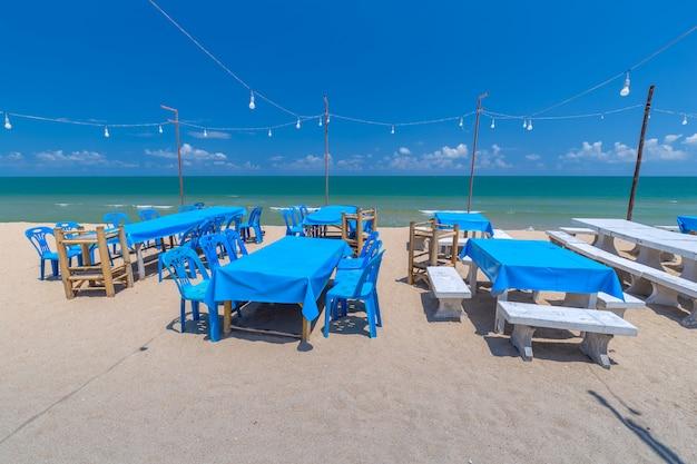 タイの熱帯の海辺のダイニングテーブル Premium写真