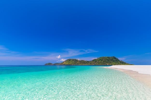 Райский пляж и голубое небо на острове кхай в провинции сатун, таиланд Premium Фотографии