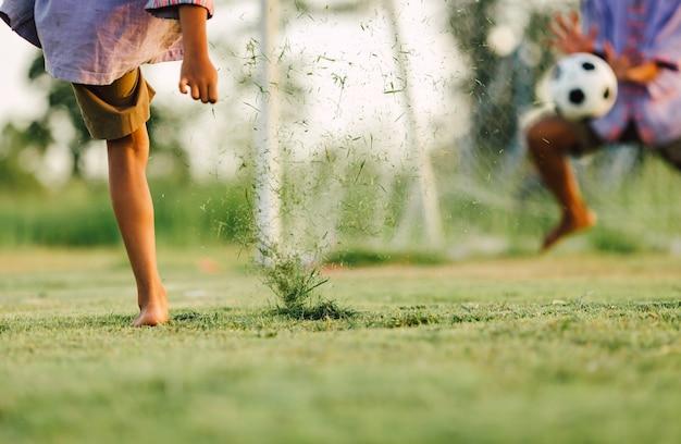 子供が運動のためにサッカーサッカーをする Premium写真