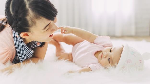 アジアの人々の愛と幸せな家族の肖像画 Premium写真
