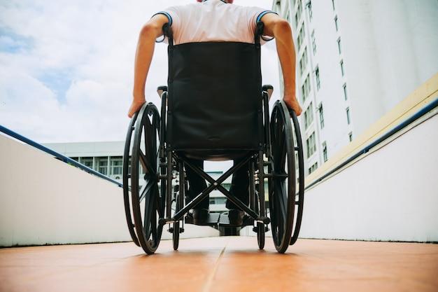 障害者は車椅子で公共の場所のどこにでもアクセスできます Premium写真