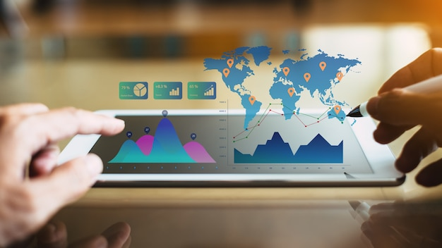Бизнесмен инвестиционный консультант, анализируя финансовый отчет компании Premium Фотографии