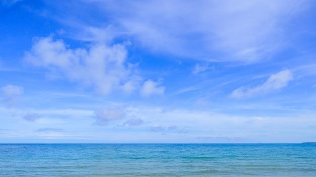 タイの青い空とビーチを風景します。 Premium写真