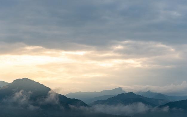 朝の時間にカエルの山の風景 Premium写真