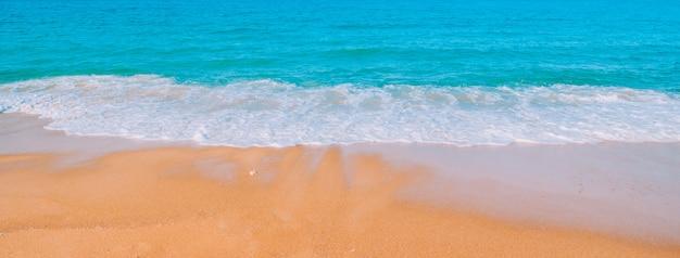 タイの熱帯のビーチ。ビーチの海岸と海の景色 Premium写真