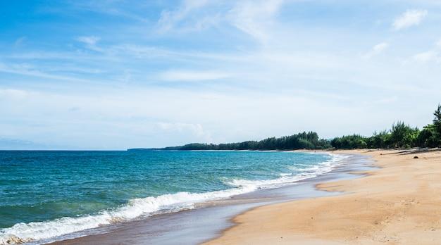 夏の青い空の自然とタイのビーチの風景。 Premium写真