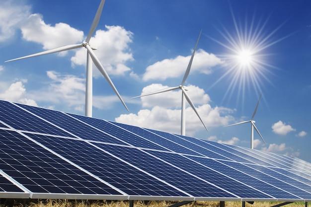 Панель солнечных батарей и ветряных турбин голубое небо Premium Фотографии