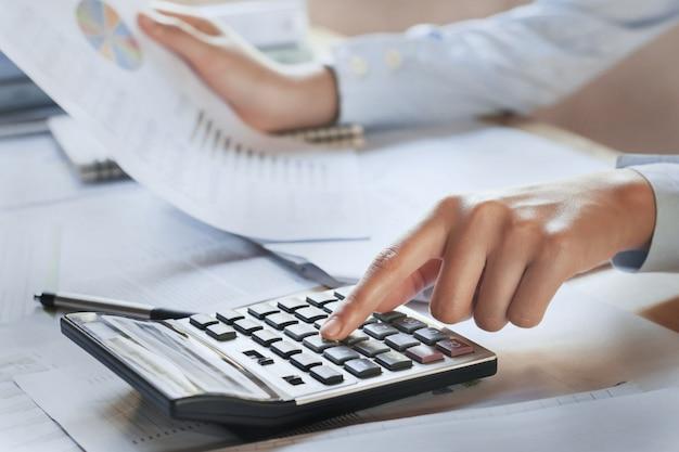 実業家のオフィスでドキュメントファイナンスのチェックデータを作業 Premium写真