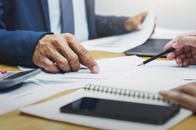 財務の報告管理とのビジネスアカウントチーム会議 Premium写真