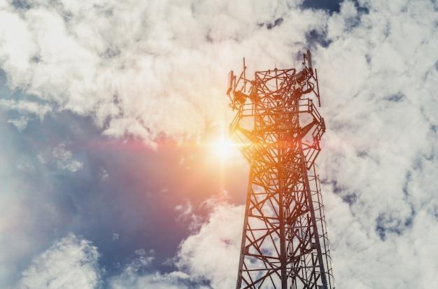 太陽と青空の通信塔 Premium写真