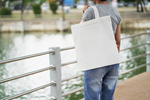 白い空白のトートバッグを保持している女性 Premium写真