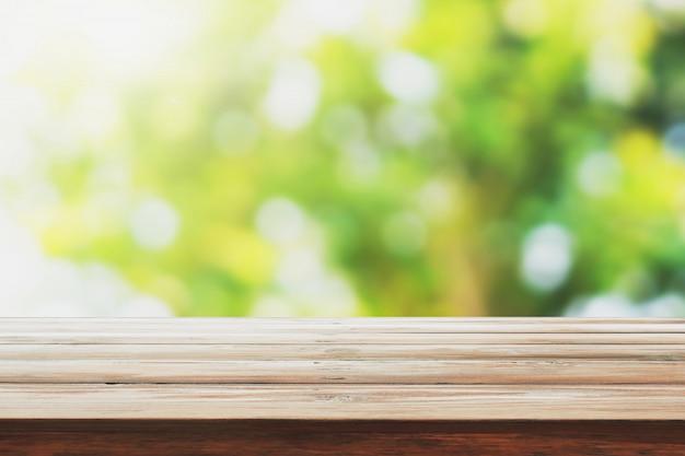 空の木のモンタージュデザイン製品の緑の自然の背景をぼかし Premium写真