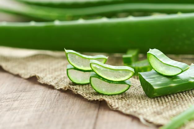 アロエベラは、皮膚の治療のための非常に有用な漢方薬とスキンケアのためのスパでの使用。自然の中でハーブ Premium写真