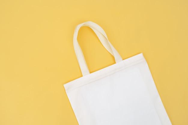 黄色のファブリックバッグ分離 Premium写真