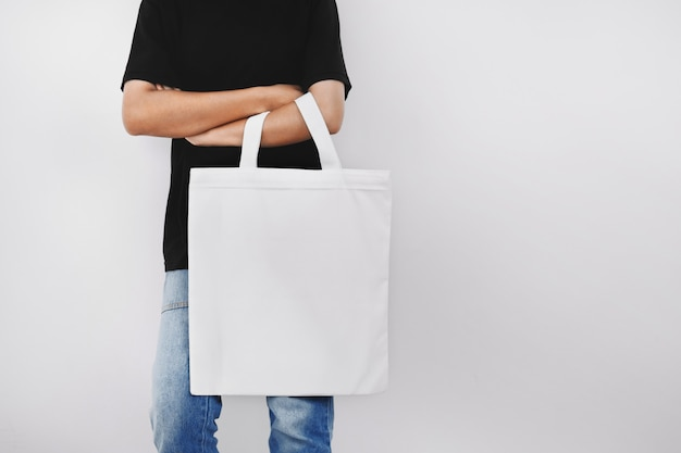 Битник женщина, держащая эко ткань сумка Premium Фотографии
