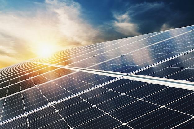 青い空と夕日と太陽電池パネル。コンセプトクリーンエネルギー、電気の代替、自然の力 Premium写真