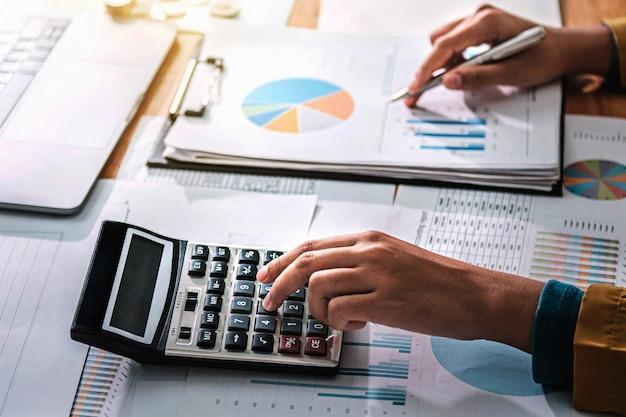 Бизнес женщина, работающая в области финансов и бухгалтерского учета анализ финансового бюджета Premium Фотографии