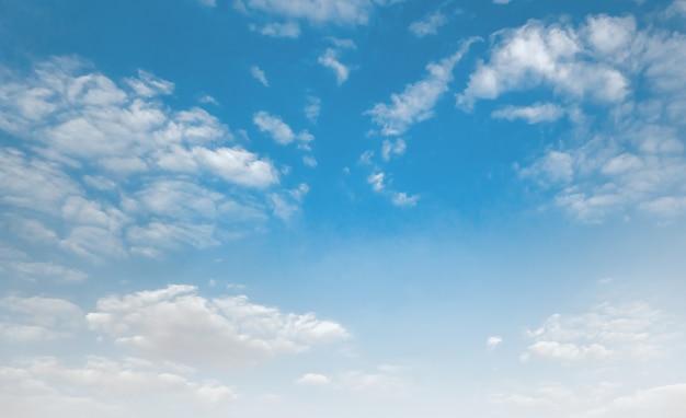 Голубое небо с белыми облаками Premium Фотографии