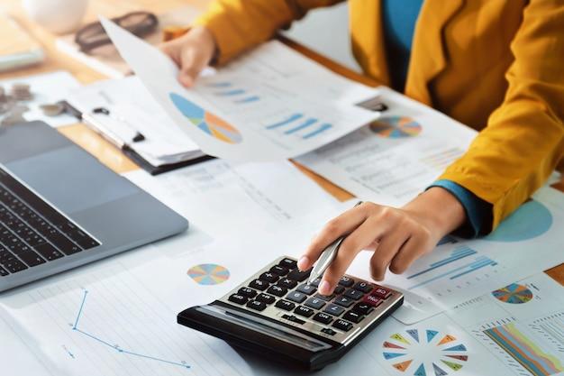 Бизнес финансы и бухгалтерская концепция Premium Фотографии