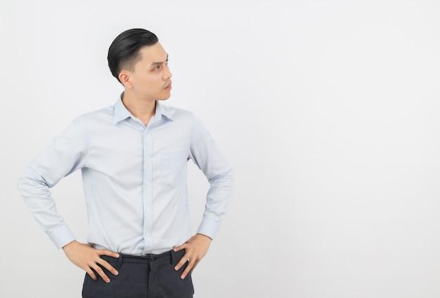 見上げながらアイデアを考えて若いハンサムなアジアビジネス男 Premium写真