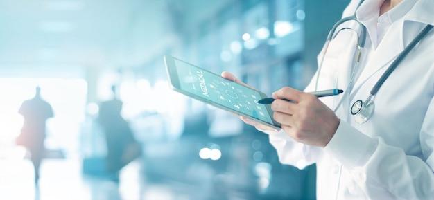 医学博士と聴診器のアイコン医療ネットワーク接続に触れる Premium写真