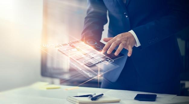 デジタルマーケティングモダンなインターフェースを使用して実業家支払いオンラインショッピングと仮想画面のアイコン顧客ネットワーク接続。 Premium写真