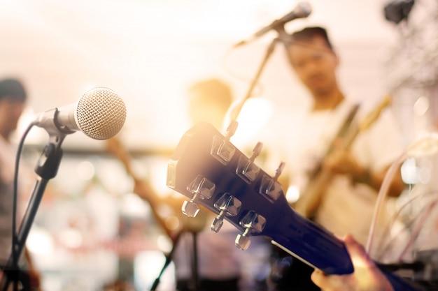 Гитарист на сцене для концепции фона, мягких и размытия Premium Фотографии
