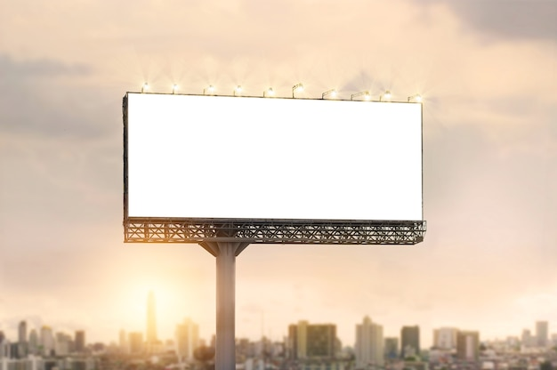 都市の夕日の背景に広告のための空のビルボード Premium写真