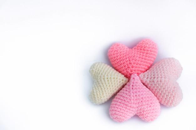 編み糸かぎ針編みハート形分離背景にカラフルな手作りのかわいいパターン Premium写真