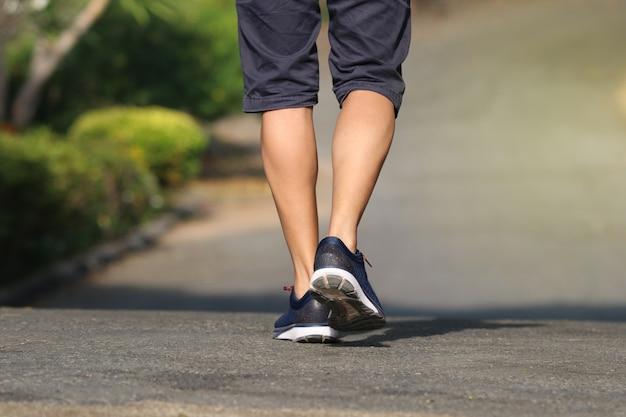 Ноги спины мужчины бег на открытом воздухе в парке образ жизни для упражнений в утреннее хорошее здоровое Premium Фотографии