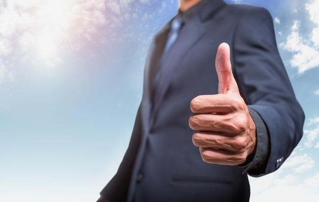 Бизнесмен показывает палец вверх Premium Фотографии