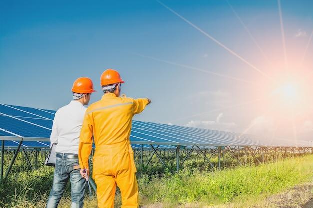 Инженер проверяет систему солнечных панелей Premium Фотографии