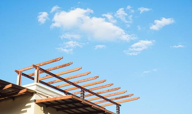 Новая палка построила строящийся дом под голубым небом Premium Фотографии
