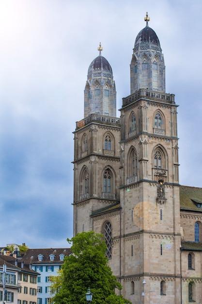 グロスミュンスター、チューリッヒのロマネスク様式の大聖堂 Premium写真