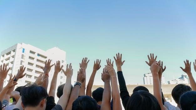 人々は手を挙げる Premium写真